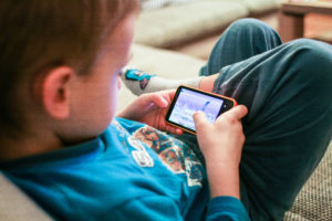 kids-like-mobile-games-picjumbo-com